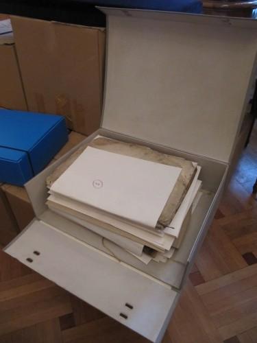 """Une des boîtes dans lesquelles les """"sparagmata"""" sont conservés"""